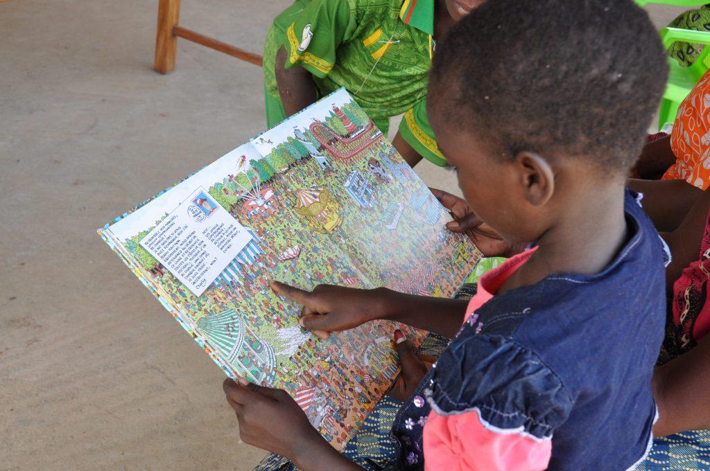 Enfant burkinabè lisant un livre